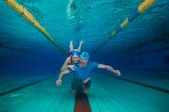 Couples heureux sous-marins Photographie stock libre de droits