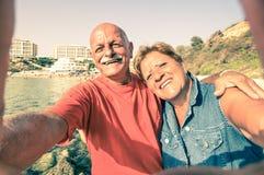Couples heureux supérieurs prenant un selfie à Malte Photo stock