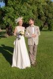 Couples heureux sur l'herbe verte photos libres de droits