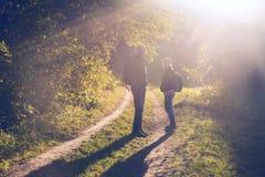 Couples heureux sur la forêt d'automne Photos libres de droits