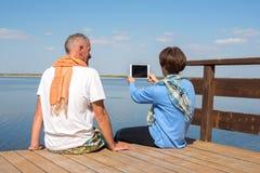 Couples heureux sur la mer prenant le selfie Photo libre de droits