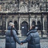 Couples heureux sur la place de ville décorée pour un marke de Noël Photo libre de droits