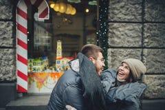 Couples heureux sur la place de ville décorée pour un marke de Noël Photos stock