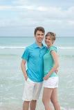 Couples heureux sur la plage photos stock