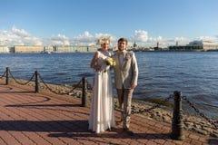 Couples heureux sur la promenade photos stock