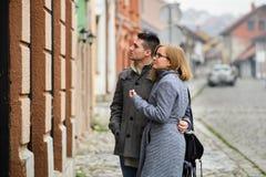 Couples heureux sur la rue image libre de droits