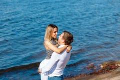 Couples heureux sur le fond de mer Jeunes couples heureux riant et étreignant sur la plage Photographie stock