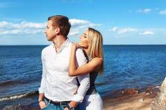 Couples heureux sur le fond de mer Jeunes couples heureux riant et étreignant sur la plage Photos libres de droits