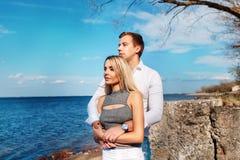 Couples heureux sur le fond de mer Jeunes couples heureux riant et étreignant sur la plage Photo libre de droits