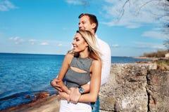 Couples heureux sur le fond de mer Jeunes couples heureux riant et étreignant sur la plage Photo stock