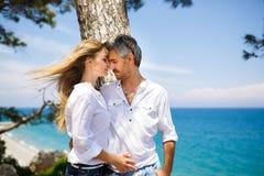 Couples heureux sur le littoral Images stock