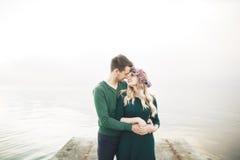Couples heureux sur le pilier, jeune famille dans des îles de luxe de vacances de lune de miel de dépense d'amour Photo stock