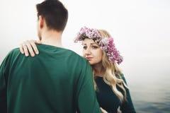 Couples heureux sur le pilier, jeune famille dans des îles de luxe de vacances de lune de miel de dépense d'amour Photos libres de droits