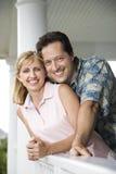 Couples heureux sur le porche de la maison Photographie stock