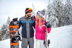 Couples heureux sur le ski de vacances d'hiver Photo stock