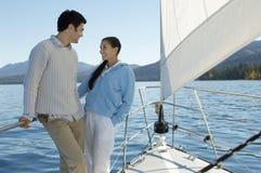 Couples heureux sur le voilier Photo stock