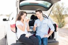 Couples heureux sur le voyage par la route ayant la pause-café Photo stock
