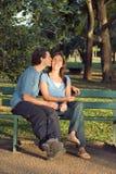 Couples heureux sur un banc - verticale Image libre de droits