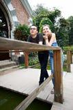 Couples heureux sur une promenade en stationnement Photographie stock