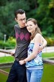 Couples heureux sur une promenade en stationnement Photo libre de droits