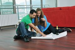 Couples heureux surfaçant la maison neuve Photo stock