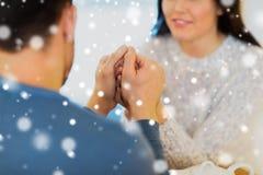 Couples heureux tenant des mains au restaurant ou au café Photographie stock libre de droits