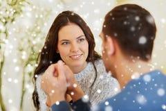 Couples heureux tenant des mains au restaurant ou au café Photos libres de droits