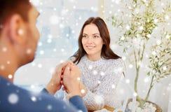 Couples heureux tenant des mains au restaurant ou au café Photographie stock