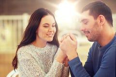 Couples heureux tenant des mains au restaurant ou au café Images libres de droits