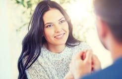 Couples heureux tenant des mains au restaurant ou au café Image stock