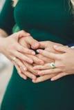 Couples heureux tenant des mains dans le coucher du soleil Photos libres de droits