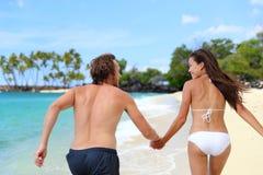 Couples heureux tenant des mains fonctionnant ayant l'amusement Image libre de droits