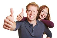Couples heureux tenant des pouces  Images libres de droits
