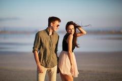 Couples heureux, tendres, jeunes des amants sur un fond naturel Concept d'unité Copiez l'espace Image stock