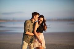 Couples heureux, tendres, jeunes des amants sur un fond naturel Concept d'unité Copiez l'espace Image libre de droits