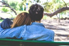 Couples heureux ?treignant ? l'ext?rieur images stock