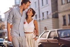 Couples heureux urbains dans l'amour ayant un repos dans la ville Photographie stock libre de droits