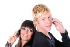Couples heureux utilisant la technologie Photographie stock libre de droits