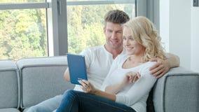 Couples heureux utilisant le pavé tactile banque de vidéos