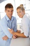 Couples heureux utilisant le téléphone portable Images stock