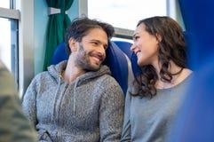 Couples heureux voyageant par chemin de fer Image stock