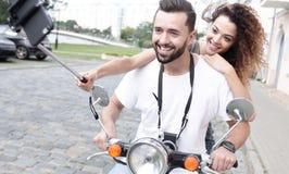 Couples heureux voyageant sur la moto concept de course Image libre de droits