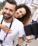 Couples heureux voyageant sur la moto concept de course Images libres de droits