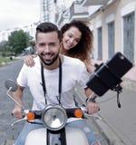 Couples heureux voyageant sur la moto concept de course Photos stock