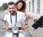 Couples heureux voyageant sur la moto concept de course Photo stock