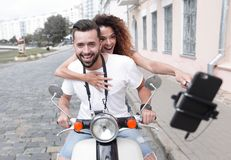 Couples heureux voyageant sur la moto concept de course Photographie stock