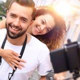 Couples heureux voyageant sur la moto concept de course Image stock