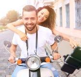 Couples heureux voyageant sur la moto concept de course Photo libre de droits