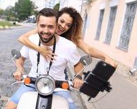 Couples heureux voyageant sur la moto concept de course Photographie stock libre de droits