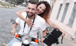 Couples heureux voyageant sur la moto concept de course Images stock